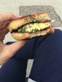 Sandwich déjeuner oeuf et pesto